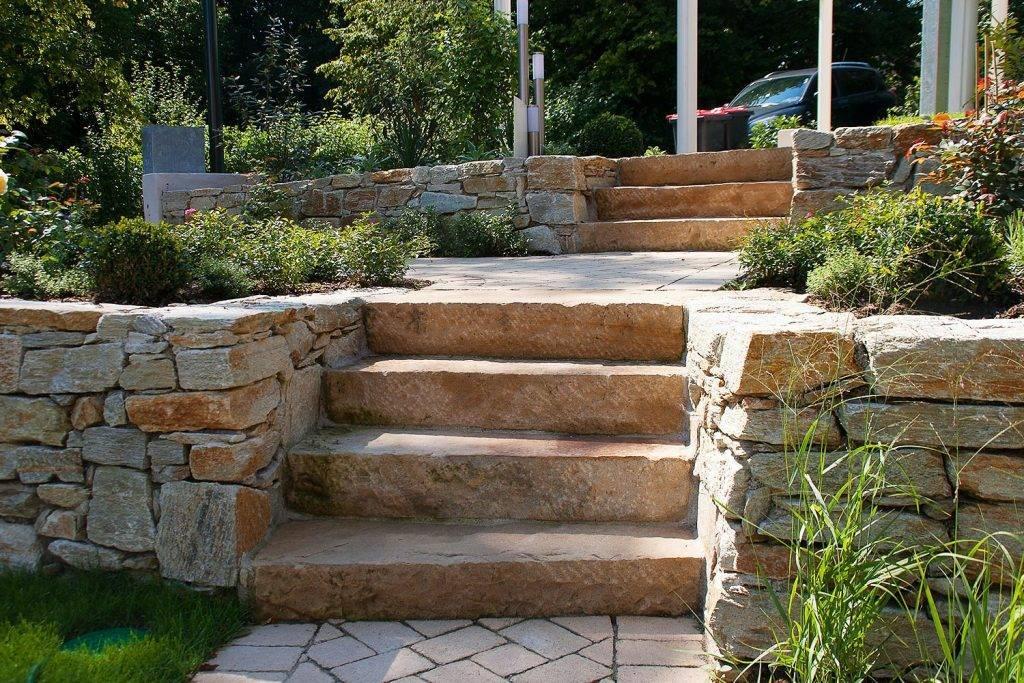 Steinstufen im Garten