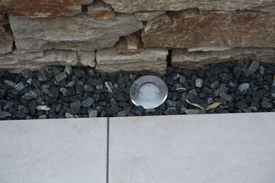Feinsteinzeug Terrasse mit schwaren Kiesel eingefasst