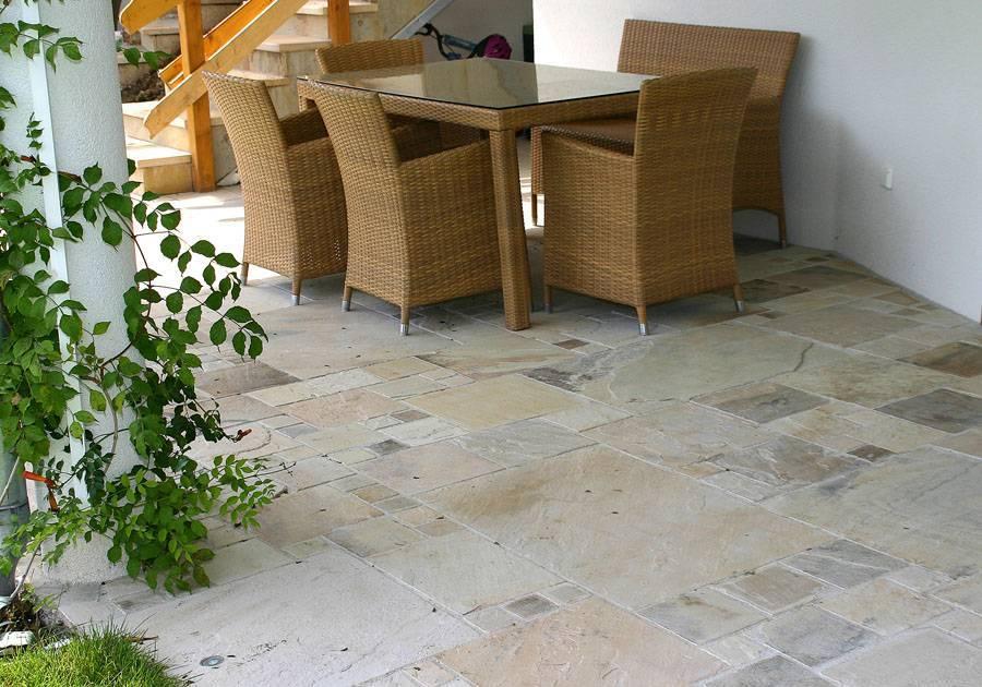 Essplatz im Garten aus Sandstein