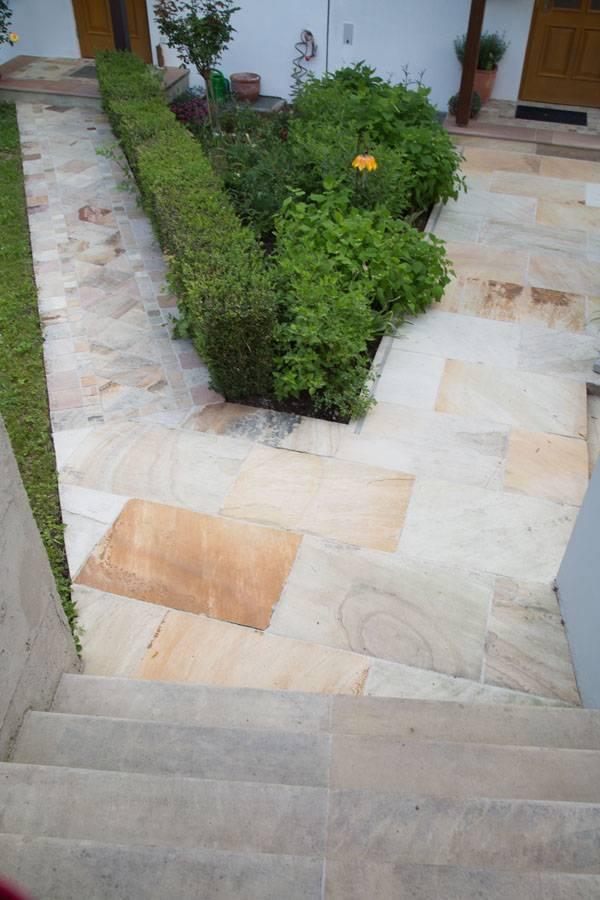 Terrasse aus Sandsteinplatten