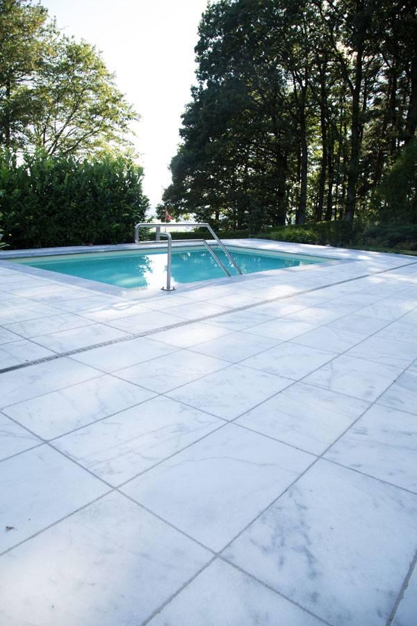 Poolumradnung und Terrasse aus Mamor