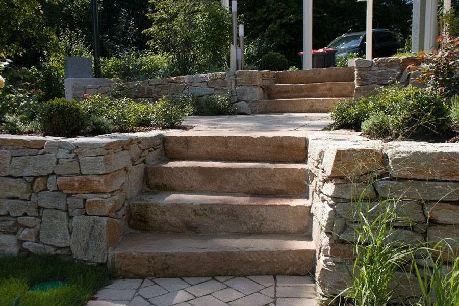 Stufen mit Trockensteinmauer