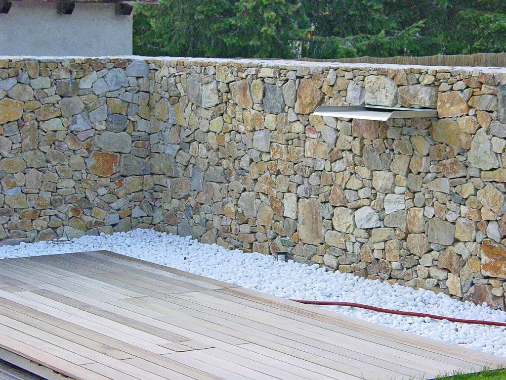 TRockensteinmauer mit Mamorkiesel
