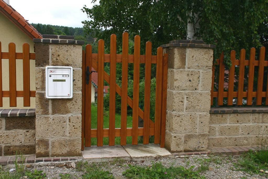 Gartenzäune und Türen aus Tuffstein