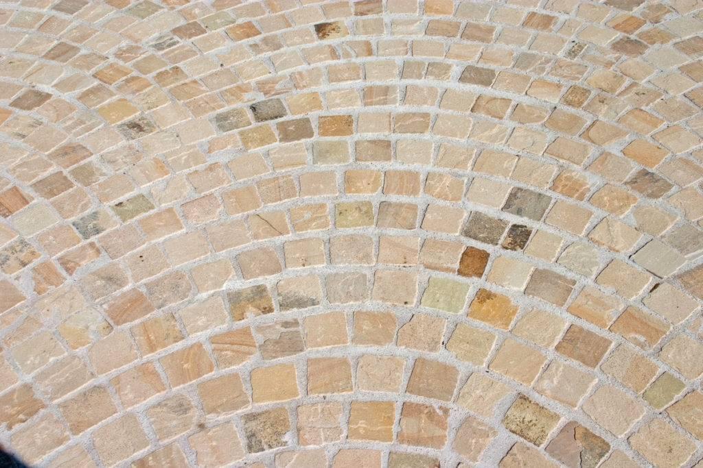 Terrase aus Sandstein-Kopfsteinpflaster